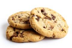 Tre biscotti di pepita di cioccolato leggeri isolati su bianco Fotografia Stock