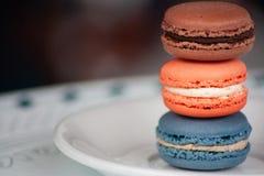 Tre biscotti impilati di Macaron sul piatto bianco immagine stock libera da diritti