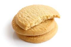 Tre biscotti rotondi di biscotto al burro isolati su bianco Mezzo biscotto Immagine Stock Libera da Diritti