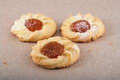 Tre biscotti su pergamena Fotografia Stock