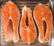 Tre bistecche di color salmone per la frittura sulla pentola della griglia Immagine Stock Libera da Diritti