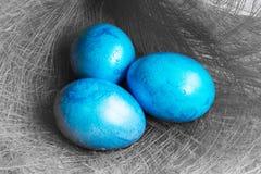 Tre blåa påskägg på grå bakgrund Royaltyfria Bilder
