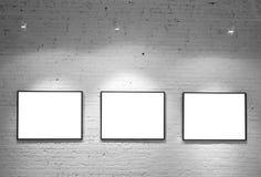 Tre blocchi per grafici sulla parete di bianco del mattone Immagini Stock Libere da Diritti