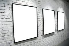 Tre blocchi per grafici sulla parete di bianco del mattone immagine stock