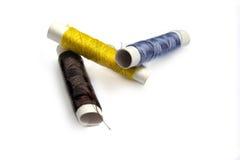 Tre bobine dei filati cucirini Fotografie Stock Libere da Diritti