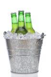 Tre bottiglie da birra verdi in ghiaccio Fotografia Stock
