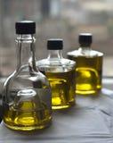 Tre bottiglie di olio d'oliva immagini stock
