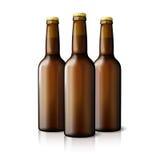 Tre bottiglie di birra realistiche marroni in bianco isolate Immagini Stock
