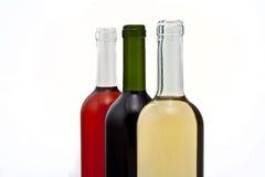 Tre bottiglie di vino in una riga. fotografia stock libera da diritti