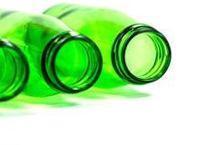 Tre bottiglie verdi indicano su fondo bianco Immagini Stock
