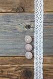 Tre bottoni dell'osso e nastri d'annata del pizzo Fotografia Stock