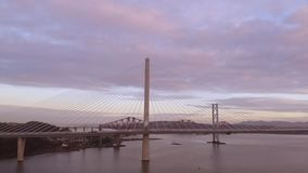 Tre broar, fram?t j?rnv?gsbro, fram?t v?gbro och Queensferry korsning, ?ver Firth av fram?t n?ra Queensferry i Skottland lager videofilmer