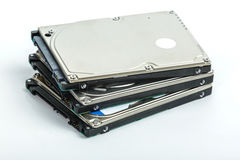 Tre 2 Bugia a 5 pollici dei drive del hard disk del computer portatile su a vicenda Immagini Stock