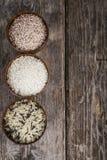 Tre bunkar med olika variationer av ris Arkivfoto