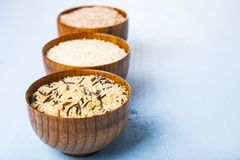 Tre bunkar med olika variationer av ris Royaltyfria Bilder