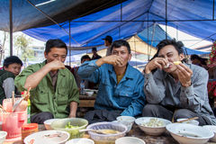 Tre buoni acclamazioni e bevande degli amici durante l'intervallo di pranzo Fotografia Stock Libera da Diritti