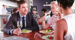 Tre Businesspeople som har lunch i restaurang lager videofilmer