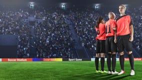 Tre calciatori femminili che fanno parete prima del calcio di punizione immagine stock libera da diritti