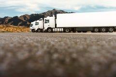 Tre camion in una fila di una società di trasporto immagini stock