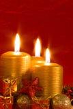 Tre candele burning in una regolazione di natale Fotografia Stock Libera da Diritti