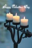 Tre candele in un candeliere accendono l'amore del giorno di biglietti di S. Valentino fotografia stock libera da diritti