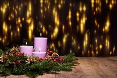 Tre candele in una disposizione di fiore di avvenimento Immagini Stock Libere da Diritti