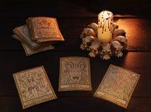 Tre carte di tarocchi con la candela diabolica Fotografie Stock Libere da Diritti