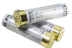 Tre cartucce per fucili a canna liscia caricate con cento fatture di dollaro americano Fotografia Stock