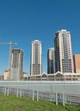 Tre case alte, allunganti nel cielo Costruzione in Fotografia Stock Libera da Diritti