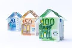 Tre case fatte delle banconote Fotografie Stock