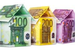 Tre case fatte di euro note isolate su bianco Fotografia Stock Libera da Diritti