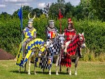 Tre cavalieri sono pronti per rimessa in vigore di torneo Immagini Stock Libere da Diritti