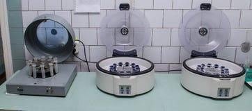 Tre centrifughe ad alta velocità con i tubi dell'analisi del sangue fotografie stock