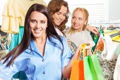 Tre charmiga kvinnor som tillsammans shoppar Royaltyfri Foto