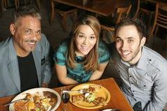 Tre che pranzano fuori - alto angolo Immagine Stock
