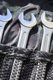 Tre chiavi per la riparazione dell'automobile, su un fondo scuro del tessuto fotografia stock libera da diritti
