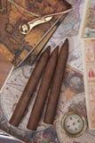 Tre cigarrer och en kompass Royaltyfri Bild