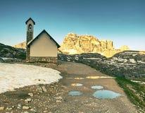 Tre Cime游览 在Tre Cime di Lavaredo附近的山教堂 库存图片