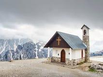 Tre Cime游览 在Tre Cime di Lavaredo附近的山教堂 库存照片