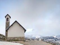 Tre Cime-Ausflug Gebirgskapelle nahe Tre Cime di Lavaredo Stockfotos