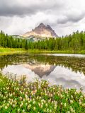 Tre Cime di Lavaredo,亦称Drei Zinnen,反射在Antorno湖中水有剧烈的风雨如磐的天空的,白云岩,意大利 库存照片
