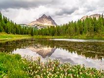 Tre Cime di Lavaredo, aka Drei Zinnen, reflexão na água do lago Antorno com o céu tormentoso dramático, dolomites, Itália Fotografia de Stock