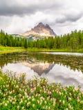 Tre Cime di Lavaredo, aka Drei Zinnen, reflexión en el agua del lago Antorno con el cielo tempestuoso dramático, dolomías, Italia Foto de archivo