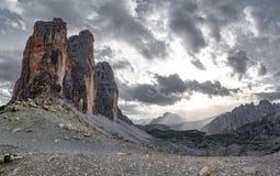 Tre Cime di Lavaredo al tramonto con il cielo grigio Fotografie Stock Libere da Diritti