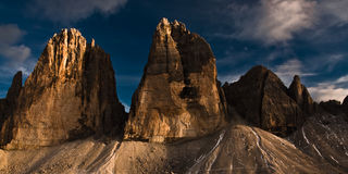 Tre cime Di lavaredo bij zonsondergang. stock afbeelding