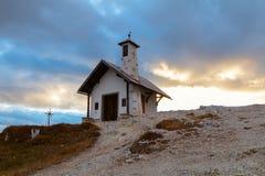 Tre Cime di Lavaredo in den schönen Umgebungen und in einem wenigen ch Stockbilder