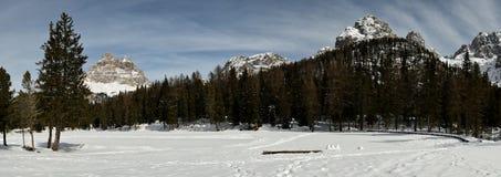 Tre Cime di Lavaredo Drei Zinnen如被看见从Antorno湖,白云岩,意大利 免版税库存照片