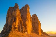 Tre Cime di Lavaredo durante puesta del sol, dolomías, Italia fotos de archivo libres de regalías