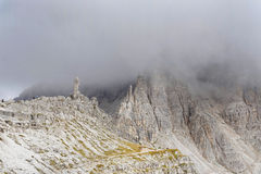 Tre Cime di Lavaredo in een bewolkte dag royalty-vrije stock afbeeldingen