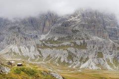 Tre Cime di Lavaredo in een bewolkte dag stock foto